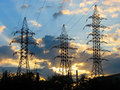 Linhas de transmissão da energia eléctrica no por do sol Fotografia de Stock Royalty Free