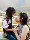 Lite asiatiskt skratta för flicka och för mom Fotografering för Bildbyråer