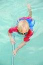 Chlapec čištění plavání bazén
