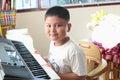 Little boy che gioca piano Fotografia Stock Libera da Diritti
