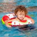 Little boy das im pool spielt Stockbild