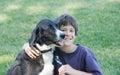 Poco ragazzo e cane