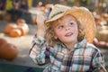 Little boy hermoso en el vaquero hat en el remiendo de la calabaza Imagen de archivo