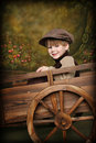 Little Boy im rustikalen Lastwagen Stockfoto