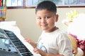 Little boy que juega el piano Foto de archivo