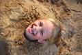 Poco ragazza scavato sabbia