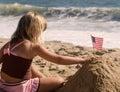 Poco chica bandera en arena