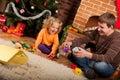 Malý hrať táta najbližšie vianočný stromček