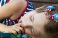 Poco ragazza pollice e avere dolce sogni