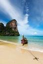 Långt svanfartyg på stranden, Thailand Arkivbilder