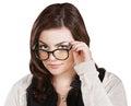 Lokalisierte kluge frau in der strickjacke die brillen hält Stockfotos