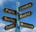 Londen parijs madrid berlin signpost showing europe travel touris Stock Afbeelding
