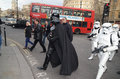 London mars darth vader ut och omkring i trafalgar kvadrerar i den london mars th i london england Arkivfoto