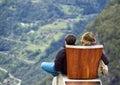 Dve turisti pozerá na