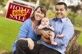 Los pares de la raza mezclada, bebé, vendieron la muestra de las propiedades inmobiliarias Imagen de archivo libre de regalías