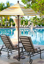 Los salones de la calesa acercan a paisaje de pool.tropical Foto de archivo