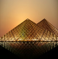 Louvre pyramide par nuit france Images stock