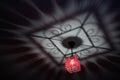 Lustre rouge moulant l ombre chic sur le plafond Photographie stock libre de droits