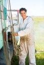 Lycklig beekeeperpreparing smoker on lastbil Arkivbilder