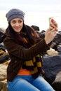 Lycklig flicka som tar bilden av henne i vinter Fotografering för Bildbyråer