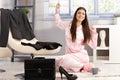 Lycklig kvinna som sträcker i pyjama Arkivfoto