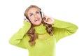 Lycklig kvinna som tycker om hennes musik Arkivfoto