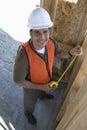 Lycklig manlig arkitekt working on framework Royaltyfri Fotografi
