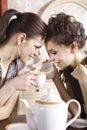 Lyckliga girl-friends med koppar Royaltyfria Foton