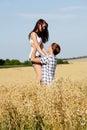 Lyckligt koppla ihop förälskat utomhus- i sommar sätter in på Arkivbild