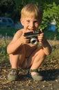 Lyckligt litet fotografi för pojke Arkivbilder
