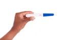 Mão da mulher negra que guardara um teste de gravidez positivo peo africano Fotografia de Stock Royalty Free