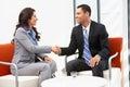 Mãos de and businesswoman shaking do homem de negócios após o encontro Imagem de Stock Royalty Free