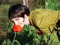 Mädchen mit roter Mohnblume Stockfoto
