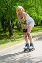 Mädchen Roller-skating im Park Lizenzfreies Stockbild