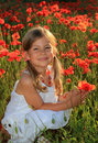 Mädchenholdingmohnblume Lizenzfreie Stockfotos