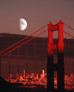 Måne över golden gate bridge san francisco city skyline sunset Fotografering för Bildbyråer