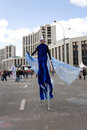 Mężczyzna w błękitny fancy-dress idzie na prosp Fotografia Royalty Free