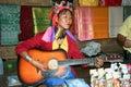 Ma play músico do pescoço de karen e cantor longos Fotografia de Stock