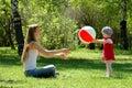 Madre y juego de niños con la bola Foto de archivo