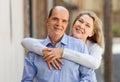 Madure a la mujer que abraza al hombre mientras que camina Foto de archivo libre de regalías