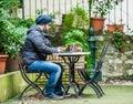 Muž kontrola sociální média na jeho a hledá jeho