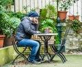 Muž kontrola sociální média na jeho a mluvení na jeho