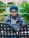 Muž kontrola sociální média na jeho nošení sluneční brýle
