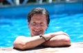 Uomo su lato di piscina sole