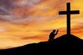 Muž modlí kríž