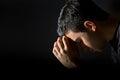 Muž modlí