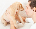 Man and puppy young a Royalty Free Stock Photos