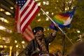 Man som vinkar amerikanska flaggan på occupy wall street Royaltyfri Fotografi