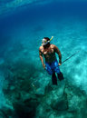 Man spearfishing underwater a with spear gun in ocean Royalty Free Stock Photos