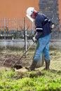 Muž živý plot ořezávač